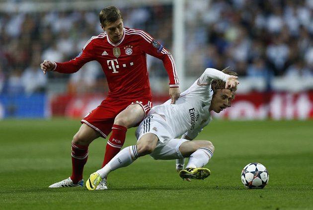 Luka Modrič z Realu bojuje s Tonim Kroosem v semifinále LM.