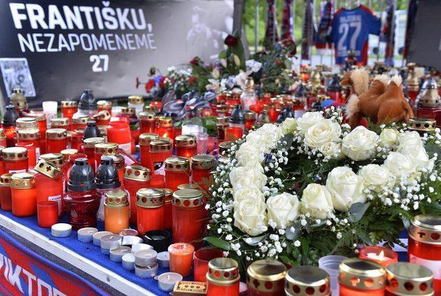 Fanoušci zapalovali v Plzni svíčky na pietním místě pro Františka Rajtorala před zápasem Viktoria Plzeň - Dukla Praha.