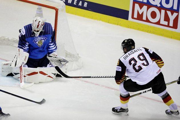 Německý útočník Leon Draisaitl dává třetí gól svých barev v souboji s Finy.
