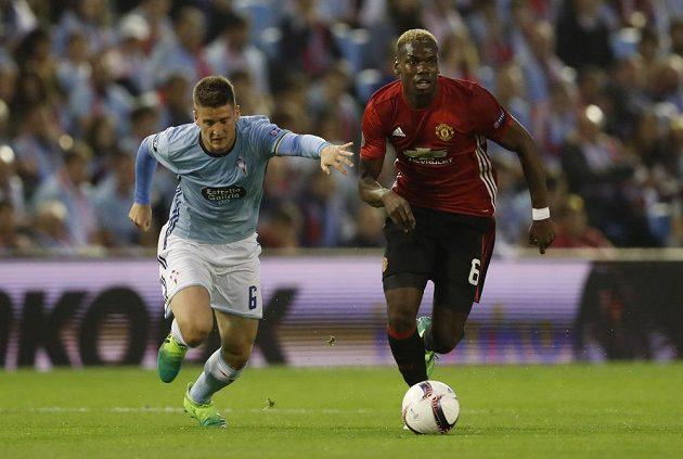 Hvězdu Manchesteru United Paula Pogbu se snaží zstavit Nemanja Radoja z Viga.