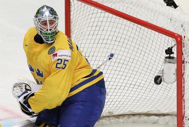 Švédský brankář Jacob Markström hypnotizuje puk v utkání s českým týmem.