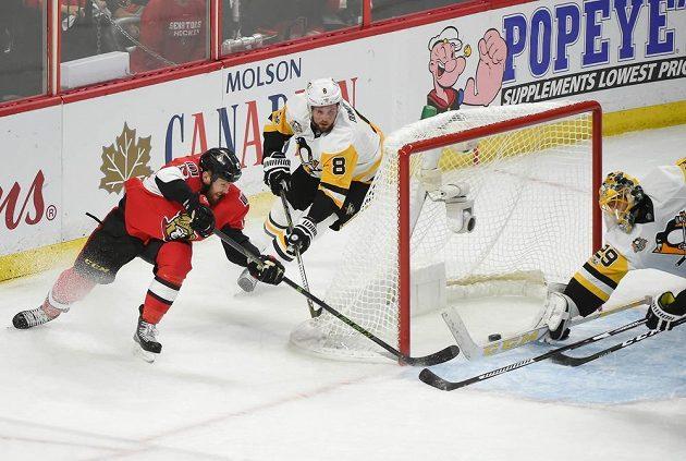 Ani obránce Penguins Tom Dumoulin (8) nezabránil Zacku Smithovi (15) ve skórování. Brankář Pittsburghu Marc-André Fleury (29) se natahoval marně.