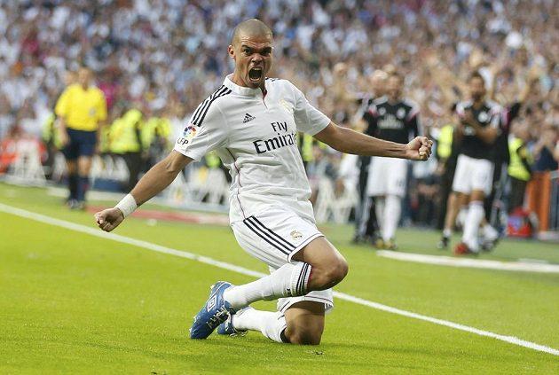 Stoper Realu Madrid Pepe slaví gól proti Barceloně.