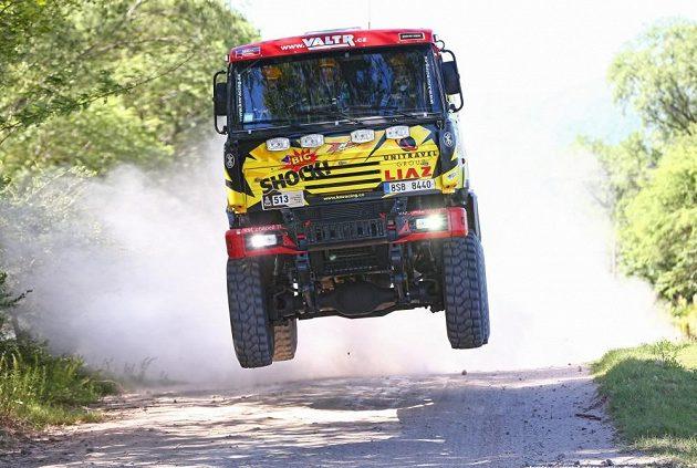 Takhle létá liaz. Jaroslav Valtr na trati první etapy Rallye Dakar.