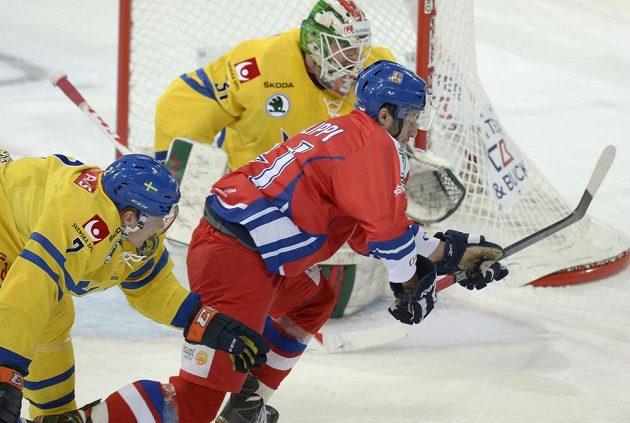 Český útočník Tomáš Filippi (v červeném dresu) před švédským brankářem Andersem Nilssonem. Vlevo je obránce Seveřanů Niclas Lundgren.