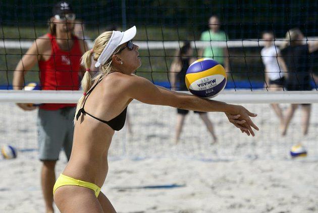 Plážová volejbalistka Markéta Sluková, za sítí její snoubenec a trenér Simon Nausch.