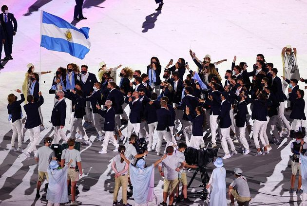 Argentinská výprava nastupuje na Olympijský stadion během zahajovacího ceremoniálu LOH 2021 v Tokiu.