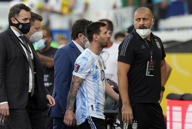 Brazilská policie začala vyšetřovat čtveřici argentinských fotbalistů, kvůli nimž se nedohrál nedělní zápas kvalifikace mistrovství světa v Sao Paulu. Ze hřiště odchází zklamaný Leo Messi.
