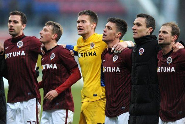 Hráči Sparty (zleva) Josef Hušbauer, Ladislav Krejčí, Tomáš Vaclík, Václav Kadlec, David Lafata a Vlastimil Vidlička oslavují vítězství v Olomouci.