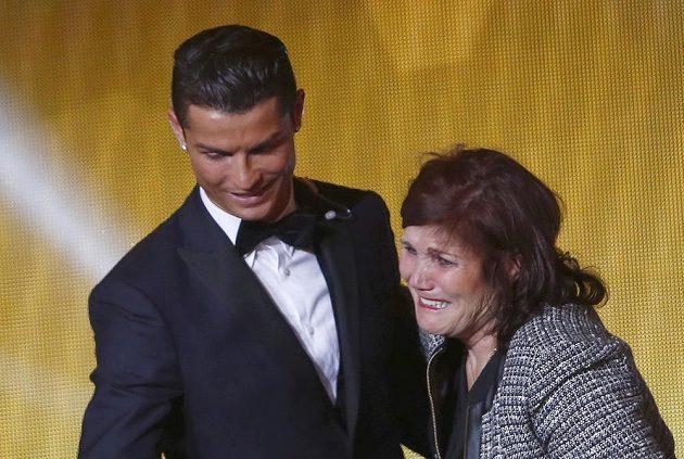 Cristiano Ronaldo a jeho matka Dolores Aveirová během vyhlášení Zlatého míče FIFA 2014.