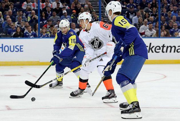 Útočník Aleksander Barkov (16) reprezentující Atlantickou divizi při Utkání hvězd NHL atakuje Rickarda Rakella, který hrál za výběr Pacifické divize.