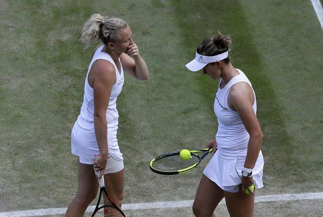 Kateřina Siniaková (vlevo) s Barborou Krejčíkovou ve finále wimbledonské čtyřhry.