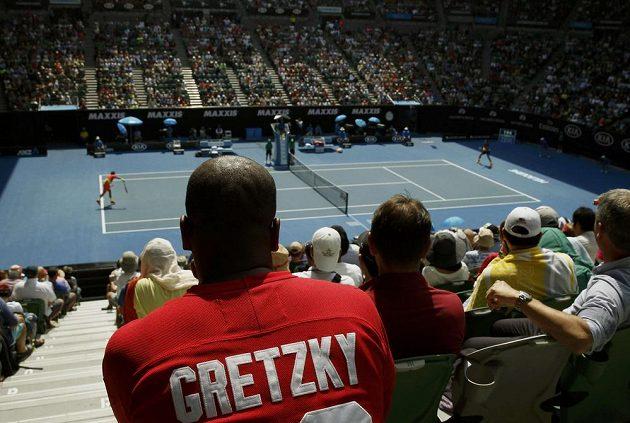 Fanoušek v triku se jmenovkou legendárního hokejisty Gretzkého sleduje osmifinále Australian Open mezi Kanaďanem Milosem Raonicem a Stanem Wawrinkou.