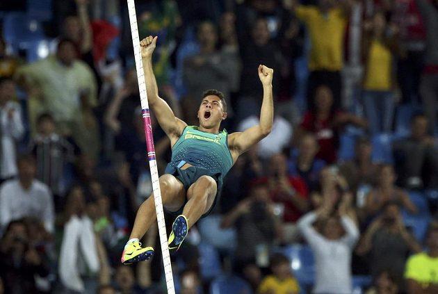 Životní pokus Brazilce Thiaga Braze da Silvy, jenž zdolal 603 cm a v olympijském rekordu vybojoval zlato.