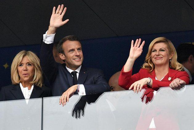 Finále si nenechali ujít ani zprava chorvatská prezidentka Kolinda Grabarová-Kitarovičová, vedle ní prezident Francie Emmanuel Macron a jeho žena Brigitte.