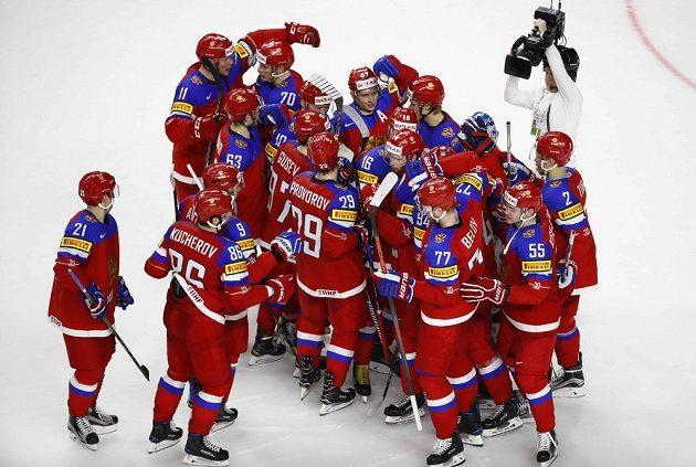 Ruští hokejisté slaví. V úvodu mistrovství světa vyhráli po samostatných nájezdech nad Švédskem.