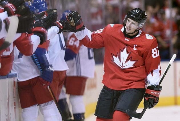 Sidney Crosby přijímá gratulace po úvodní brance zápasu s Českem na Světovém poháru.