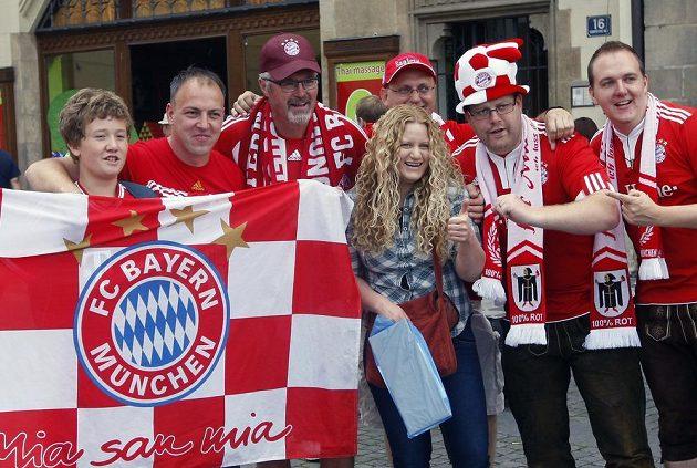 Příznivci Bayernu Mnichov před pátečním zápasem o Superpohár v centru Prahy.