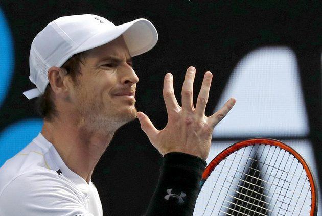Brit Andy Murray při utkání s Američanem Samem Querreyem.