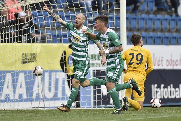 Zleva David Bartek a Antonín Vaníček z Bohemians se radují z gólu, vpravo je brankář Slovácka Matouš Trmal.