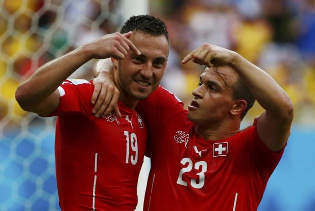 Autor hattricku Xherdan Shaqiri (vpravo) slaví svůj druhý gól proti Hondurasu s Josipem Drmicem.