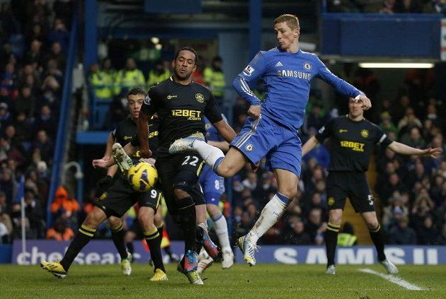 Útočník Fernando Torres (vpravo) se proti Wiganu neprosadil.