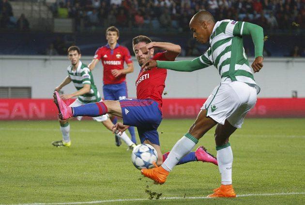 Ofenzivní fotbalista CSKA Moskva Zoran Tošič se snaží zblokovat míč z kopačky Joaoa Maria (vpravo) ze Sportingu v odvetě play off Ligy mistrů.