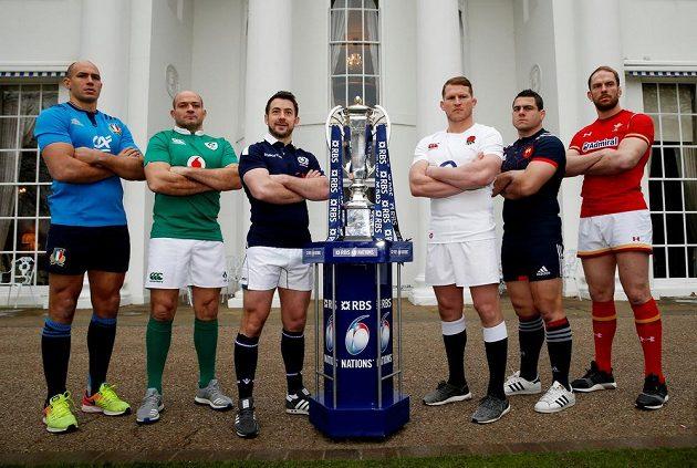 Defilé šesti kapitánů - zleva Sergio Parisse (Itálie), Rory Best (Irsko), Greig Laidlaw (Skotsko), Dylan Hartley (Anglie), Guilhem Guirado (Francie) a Alun Wyn Jones (Wales).