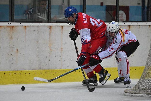 Zleva Matyáš Šapovaliv z ČR a Remo Bieri ze Švýcarska během utkání skupiny A Hlinka Gretzky Cupu hokejistů do 18 let.