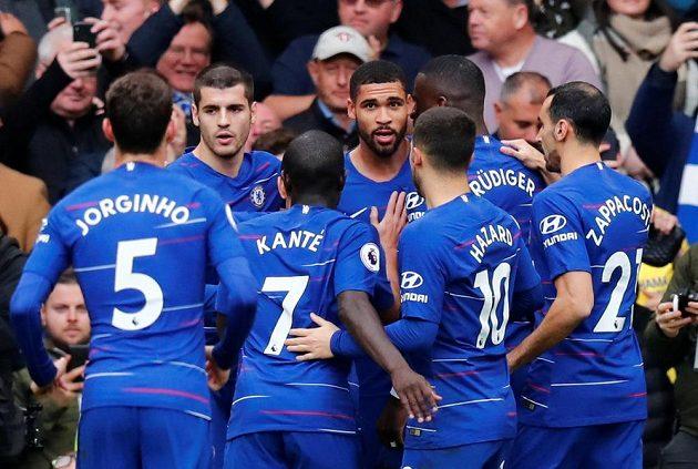 Fotbalisté Chelsea se radují z branky do sítě Fulhamu
