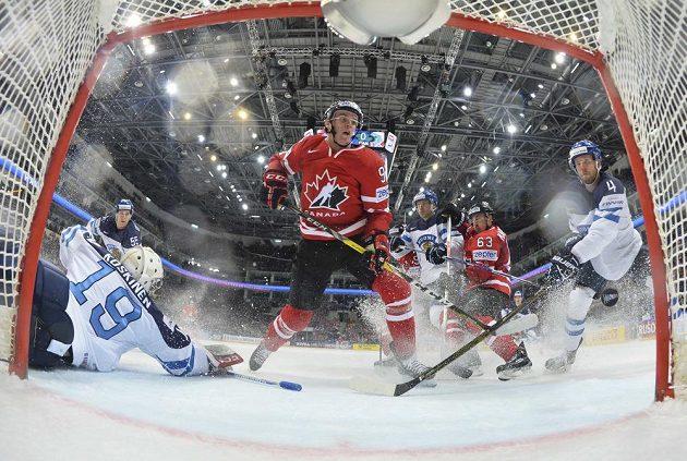 Kanaďan Connor McDavid střílí gól Finsku ve finále MS.