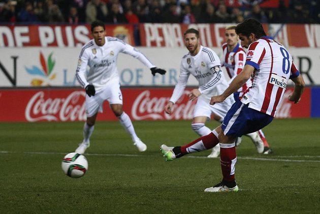 Záložník Atlétika Madrid Raúl García (č. 8) proměňuje penaltu v úvodním osmifinále Španělského poháru proti Realu.