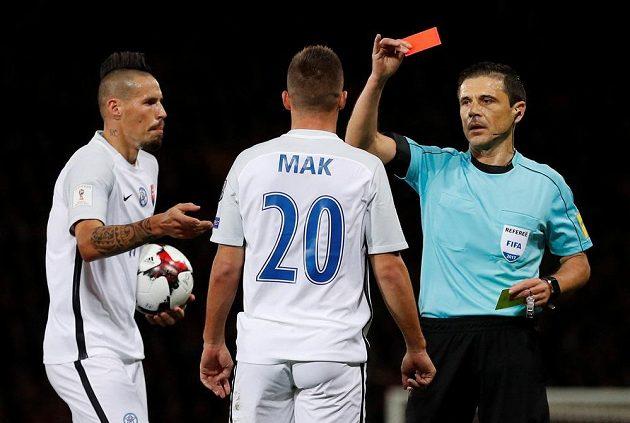 Rozhodčí Milorad Mažič vylučuje Slováka Róberta Maka. Již ve 23. minutě...
