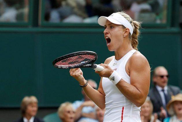 Německá tenistka Angelique Kerberová a její reakce během utkání prvního kola Wimbledonu.