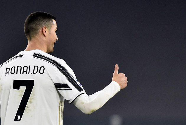 Hvězdný fotbalista Juventusu Turín - Cristiano Ronaldo - a jeho spokojené gesto.