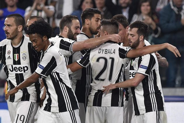 Hrdina Juventusu Turín Paulo Dybala dal ve čtvrtfinále Ligy mistrů Barceloně dva góly a byl hrdinou. Gratulují mu spoluhráči.