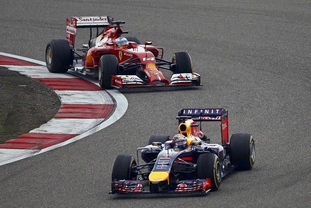 Sebastian Vettel ze stáje Red Bull pronásledovaný Fernandem Alonsem na ferrari.