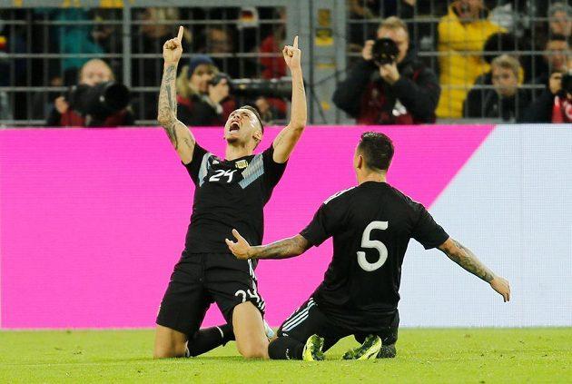 Argentinský fotbalista Lucas Ocampos oslavuje poté, co vyrovnal stav zápasu s Německem na 2:2.