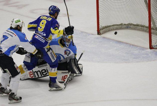 Zlínský hokejový útočník Bedřich Köhler překonává plzeňského brankáře Marka Mazance v pátém finálovém utkání play off extraligy.