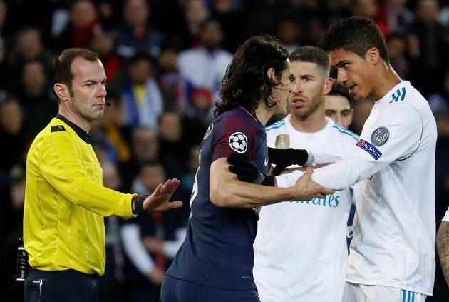 Obránce Realu Madrid Raphael Varane si po ostrém souboji měl co vysvětlovat s Edinsonem Cavanim z PSG.