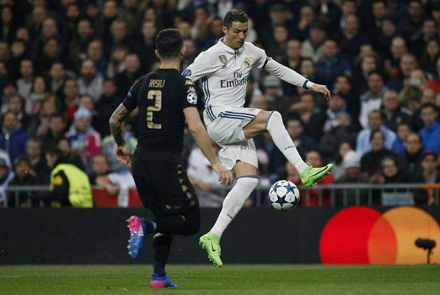 Cristiano Ronaldo z Realu Madrid si zpracovává balón v zápase proti Neapoli.