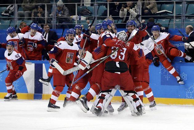 Obrovská byla radost českých hokejistů po vítězném čtvrtfinálovém dramatu s USA.