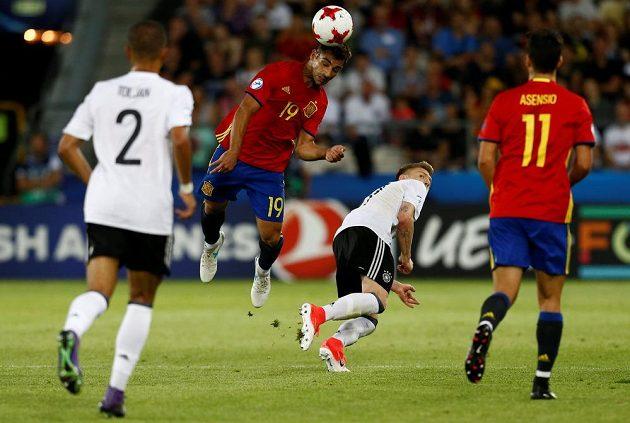 Španělský fotbalista Jonny hlavičkuje během finále EURO hráčů do 21 let, souboj prohrál Němec Max Meyer.