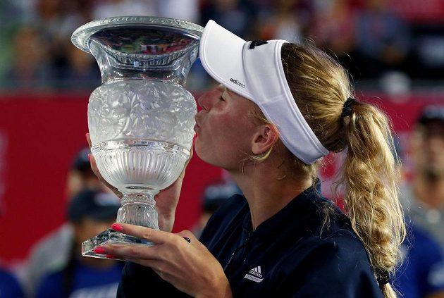 Caroline Wozniacká s trofejí pro šampiónku turnaje v Hongkongu.