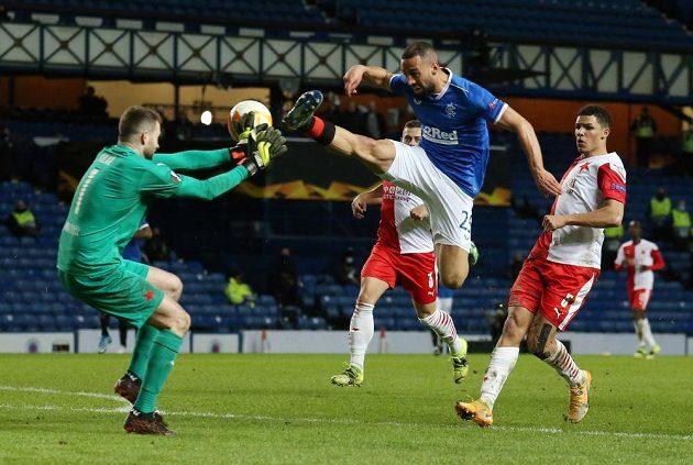 Hrozivý moment! Kemar Roofe z Glasgow Rangers ostře fauluje brankáře Slavia Ondřeje Koláře.
