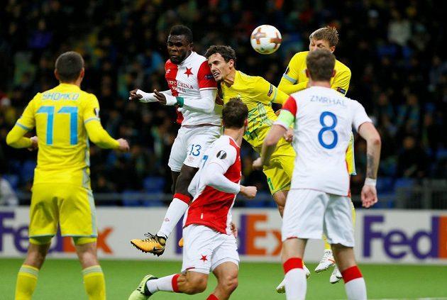 Fotbalista Slavie Michael Ngadeu-Ngadjui střílí hlavou vedoucí gól Slavie při utkání Evropské ligy v Astaně.