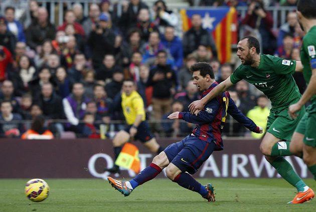 Lionel Messi (vlevo) z Barcelony střílí gól proti Levante.