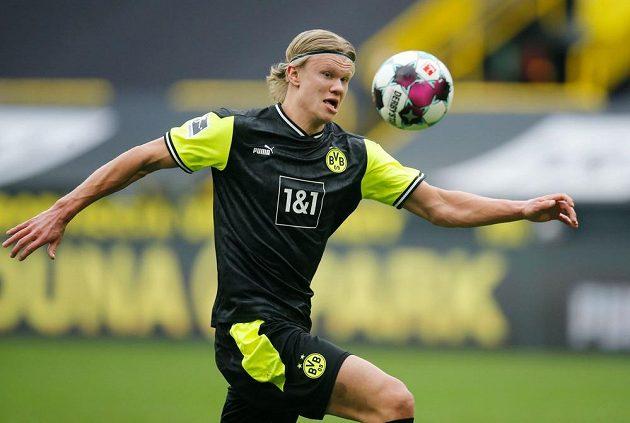 Erling Haaland z Dortmundu při zápase s Brémami.