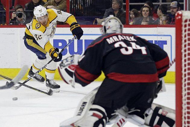 Ryan Johansen (92) z týmu Nashville Predators posílá puk na branku Petra Mrázka z Caroliny Hurricanes v utkání NHL.