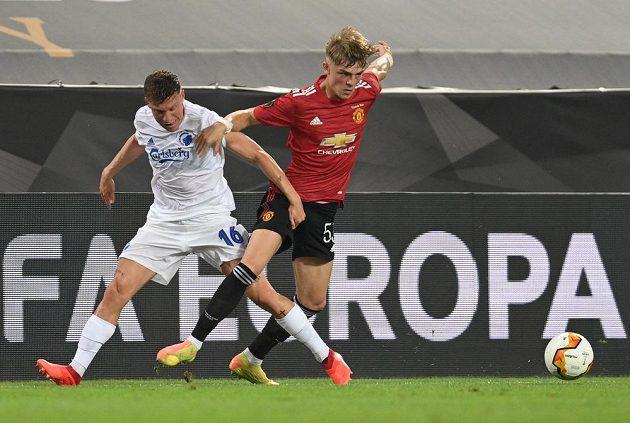 Brandon Williams (vpravo) z Manchesteru United a Pep Biel z Kodaně.